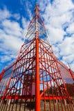 Πύργος τηλεπικοινωνιών με τις κεραίες επιτροπής και τα ραδιο δορυφορικών πιάτα κεραιών και για την κινητή επικοινωνία 2G, 3G, 4G στοκ φωτογραφία