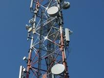 Πύργος τηλεπικοινωνιών με τον μπλε ορίζοντα Στοκ εικόνα με δικαίωμα ελεύθερης χρήσης