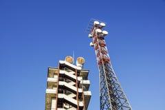 Πύργος τηλεπικοινωνιών με το μπλε ουρανό Πύργος τηλεφωνικών σημάτων κυττάρων, κεραίες Στοκ Φωτογραφία