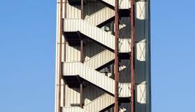 Πύργος τηλεπικοινωνιών με το μπλε ουρανό Πύργος τηλεφωνικών σημάτων κυττάρων, κεραίες Στοκ Εικόνες