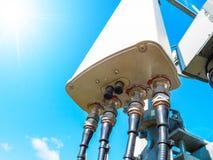 Πύργος τηλεπικοινωνιών του σταθμού βάσης δικτύων κινητών τηλεφώνων με τις έξυπνες κυψελοειδείς κεραίες που ακτινοβολούν το ισχυρό στοκ φωτογραφία με δικαίωμα ελεύθερης χρήσης