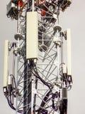 Πύργος τηλεπικοινωνιών του σταθμού βάσης δικτύων κινητών τηλεφώνων με τις έξυπνες κυψελοειδείς κεραίες που ακτινοβολούν το ισχυρό στοκ φωτογραφίες με δικαίωμα ελεύθερης χρήσης