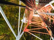Πύργος τηλεπικοινωνιών του σταθμού βάσης δικτύων κινητών τηλεφώνων με τις έξυπνες κυψελοειδείς κεραίες που ακτινοβολούν το ισχυρό στοκ φωτογραφία