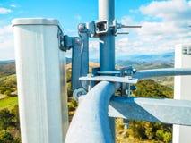 Πύργος τηλεπικοινωνιών του σταθμού βάσης δικτύων κινητών τηλεφώνων με τις έξυπνες κυψελοειδείς κεραίες που ακτινοβολούν το ισχυρό στοκ εικόνα με δικαίωμα ελεύθερης χρήσης