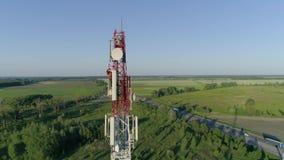 Πύργος τηλεφωνικών τηλεπικοινωνιών κυττάρων, άποψη κηφήνων του εργαζομένου που συντηρεί την κεραία απόθεμα βίντεο