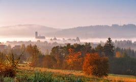 Πύργος της αγροτικής εκκλησίας το misty πρωί φθινοπώρου Στοκ φωτογραφία με δικαίωμα ελεύθερης χρήσης