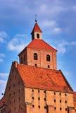 Πύργος της γοτθικής μεσαιωνικής καθολικής εκκλησίας Στοκ εικόνες με δικαίωμα ελεύθερης χρήσης