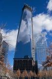 Πύργος της Ελευθερίας ένα World Trade Center κάτω από την πόλη NYC της Νέας Υόρκης κατασκευής Στοκ φωτογραφία με δικαίωμα ελεύθερης χρήσης