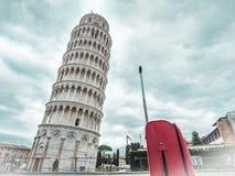 Πύργος της Ιταλίας Πίζα με την κόκκινη βαλίτσα Στοκ Εικόνα