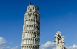 Πύργος της Πίζας που κλίνει προς το άγαλμα των αγγέλων μωρών στοκ εικόνες