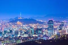Πύργος της Σεούλ και ουρανοξύστες, όμορφη πόλη των φω'των τη νύχτα, Σεούλ, Νότια Κορέα στοκ εικόνα με δικαίωμα ελεύθερης χρήσης