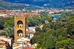 Πύργος της Φλωρεντίας του SAN Niccolo και της πράσινης άποψης προκυμαιών ποταμών Arno στοκ εικόνα