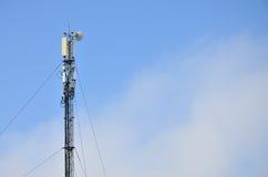 Πύργος τηλεπικοινωνιών για τη μετάδοση των ραδιο κυμάτων Στοκ Φωτογραφία