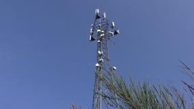 Πύργος τηλεπικοινωνιών ενάντια στο μπλε ουρανό απόθεμα βίντεο