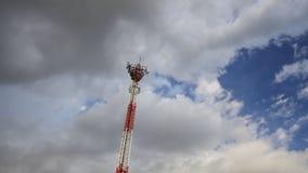 Πύργος τηλεπικοινωνιών και ο ουρανός απόθεμα βίντεο