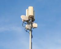 Πύργος τηλεπικοινωνιών κινηματογραφήσεων σε πρώτο πλάνο με το όμορφο backgro μπλε ουρανού Στοκ φωτογραφία με δικαίωμα ελεύθερης χρήσης