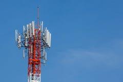 Πύργος τηλεπικοινωνιών κινηματογραφήσεων σε πρώτο πλάνο με το όμορφο backgro μπλε ουρανού Στοκ Φωτογραφία