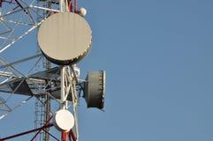 Πύργος τηλεπικοινωνιών με τις κεραίες Στοκ Φωτογραφίες
