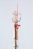 Πύργος τηλεπικοινωνιών με το μπλε ουρανό Στοκ Εικόνα