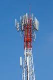 Πύργος τηλεπικοινωνιών με το σαφές υπόβαθρο μπλε ουρανού Στοκ Εικόνες