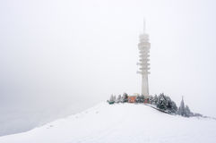 Πύργος τηλεπικοινωνιών το χειμώνα Στοκ Φωτογραφία
