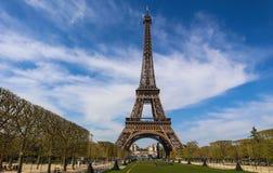 Πύργος του Άιφελ στο Παρίσι Γαλλία ενάντια στο μπλε ουρανό με τα σύννεφα Άποψη από ένα λεωφορείο τουριστών E στοκ φωτογραφίες με δικαίωμα ελεύθερης χρήσης