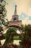 Πύργος του Άιφελ από το πάρκο του Champ de Mars στο Παρίσι, Γαλλία Τρύγος Στοκ Φωτογραφίες