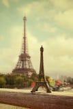 πύργος του Άιφελ Γαλλία Παρίσι Αναμνηστικό πύργων του Άιφελ μπροστά από τον πραγματικό πύργο Αναδρομική επίδραση φίλτρων Στοκ φωτογραφία με δικαίωμα ελεύθερης χρήσης