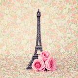 Πύργος του Άιφελ με τα τριαντάφυλλα στοκ φωτογραφία