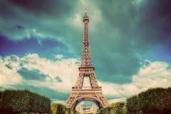 Πύργος του Άιφελ που βλέπει Γαλλία από το πάρκο του Champ de Mars στο Παρίσι, Τρύγος Στοκ Εικόνες