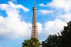 Πύργος του Άιφελ σε μια ηλιόλουστη ημέρα στο Παρίσι Στοκ φωτογραφίες με δικαίωμα ελεύθερης χρήσης