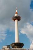 Πύργος του Κιότο ενάντια σε έναν νεφελώδη ουρανό Στοκ Εικόνες