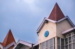 Πύργος του κτηρίου με την κωνική στέγη που πυροβολείται ενάντια στο μπλε νεφελώδες s στοκ φωτογραφίες με δικαίωμα ελεύθερης χρήσης