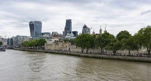 Πύργος του Λονδίνου στο Λονδίνο, Αγγλία, ευρεία άποψη γωνίας από πέρα από τον ποταμό Τάμεσης στοκ εικόνα