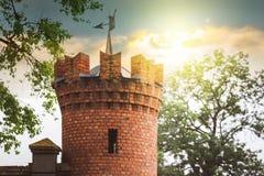 Πύργος του μεσαιωνικού κάστρου κατά τη διάρκεια του ηλιοβασιλέματος Bu οχυρώσεων Στοκ Εικόνες