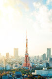 Πύργος του Τόκιο, ορόσημο της Ιαπωνίας, και πανοραμική σύγχρονη άποψη ματιών πουλιών πόλεων με το δραματικό ουρανό ανατολής και π Στοκ Εικόνα