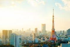 Πύργος του Τόκιο, ορόσημο της Ιαπωνίας, και πανοραμική σύγχρονη άποψη ματιών πουλιών πόλεων με το δραματικό ουρανό ανατολής και π Στοκ εικόνες με δικαίωμα ελεύθερης χρήσης