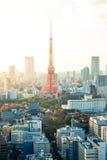 Πύργος του Τόκιο, ορόσημο της Ιαπωνίας, και πανοραμική σύγχρονη άποψη ματιών πουλιών πόλεων με το δραματικό ουρανό ανατολής και π Στοκ Εικόνες