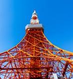 Πύργος του Τόκιο το καλοκαίρι και ένα πράσινο δέντρο το Μάιο 13.2016 στο Τόκιο, J Στοκ εικόνες με δικαίωμα ελεύθερης χρήσης