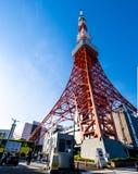 Πύργος του Τόκιο το καλοκαίρι και ένα πράσινο δέντρο το Μάιο 13.2016 στο Τόκιο, J Στοκ Εικόνα