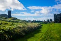 Πύργος του Castle ` s φλούδας δίπλα στην εκκλησία Αγίου Πάτρικ ` s στην πόλη φλούδας στο Isle of Man Στοκ Εικόνα