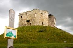 Πύργος του Clifford, Υόρκη, με τη ζωγραφική Λ S Lowry Στοκ φωτογραφία με δικαίωμα ελεύθερης χρήσης