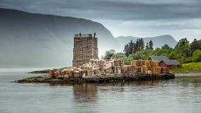 Πύργος των ξύλινων παλετών στον ωκεανό Σκανδιναβικό τοπίο Στοκ εικόνα με δικαίωμα ελεύθερης χρήσης