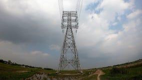 Πύργος υψηλής τάσης στην πράσινη χλόη που σκορπίζεται πέρα από την πράσινη χλόη στοκ φωτογραφίες με δικαίωμα ελεύθερης χρήσης