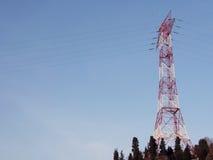 Πύργος υψηλής τάσης και ηλεκτροφόρα καλώδια Στοκ φωτογραφίες με δικαίωμα ελεύθερης χρήσης