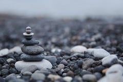 Πύργος χαλικιών στην παραλία Kamari Στοκ Εικόνα