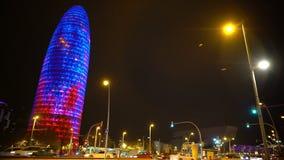Πύργος Agbar Torre που λάμπει με τα ζωηρόχρωμα φω'τα, νύχτα Βαρκελώνη, αρχιτεκτονική απόθεμα βίντεο