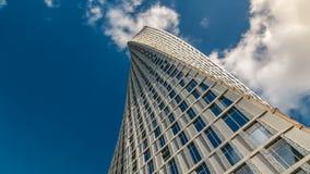 Πύργος Cayan timelapse γνωστός επίσης ως πύργος απείρου στη μαρίνα του Ντουμπάι απόθεμα βίντεο