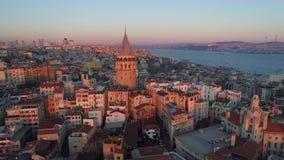 Πύργος Galata στη Ιστανμπούλ, Turkie Εναέριος κηφήνας πυροβοληθείς άνωθεν, κέντρο της πόλης, κεντρικός Ηλιοβασίλεμα φιλμ μικρού μήκους