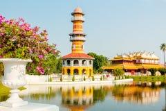 Πύργος Gazebo και παλάτι της Κίνας με τα λουλούδια στο κτύπημα PA στο πάρκο Ay Στοκ Εικόνες